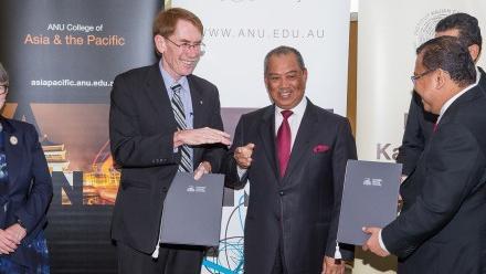 Malaysia Deputy Prime Minister YAB Tan Sri Dato' Haji Muhyiddin Bin Haji Mohd Yassin and Vice-Chancellor Professor Ian Young AO at the signing of the new MOU.