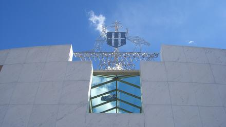 Australia's crest, displayed on Parliament House in Canberra. Image by Clare Wilkinson on flickr.
