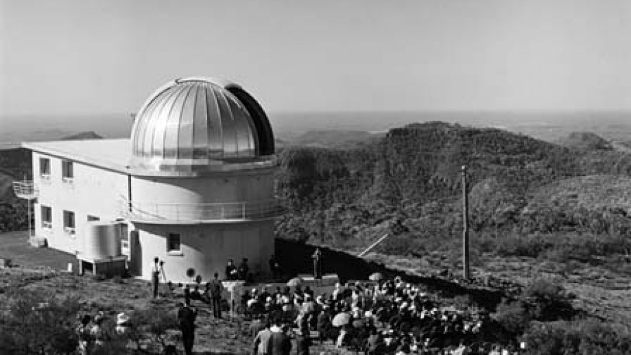 Official opening of Sididng Spring Observatory, 1965 (Source: National Library of Australia)