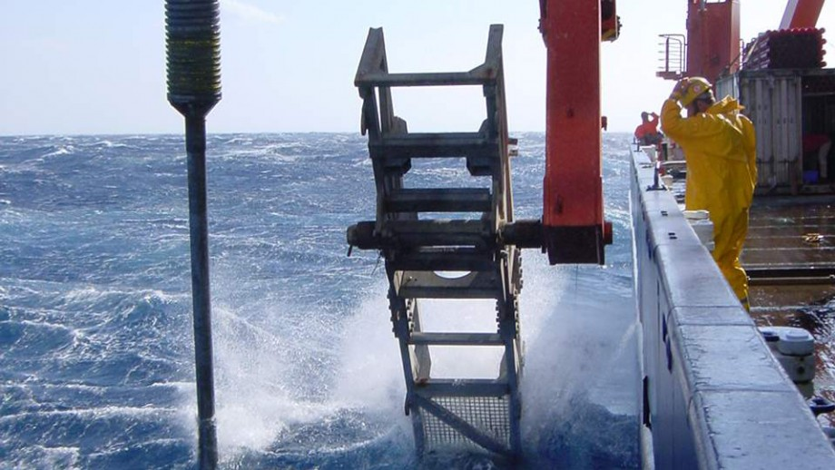 Extracting cores from the ocean floor. Image: Eelco Rohling.