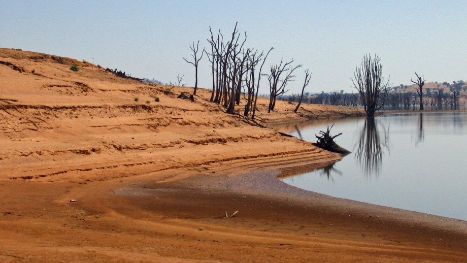Hume Dam is a major dam across the Murray River. Image credit: Tim J Keegan, Flickr