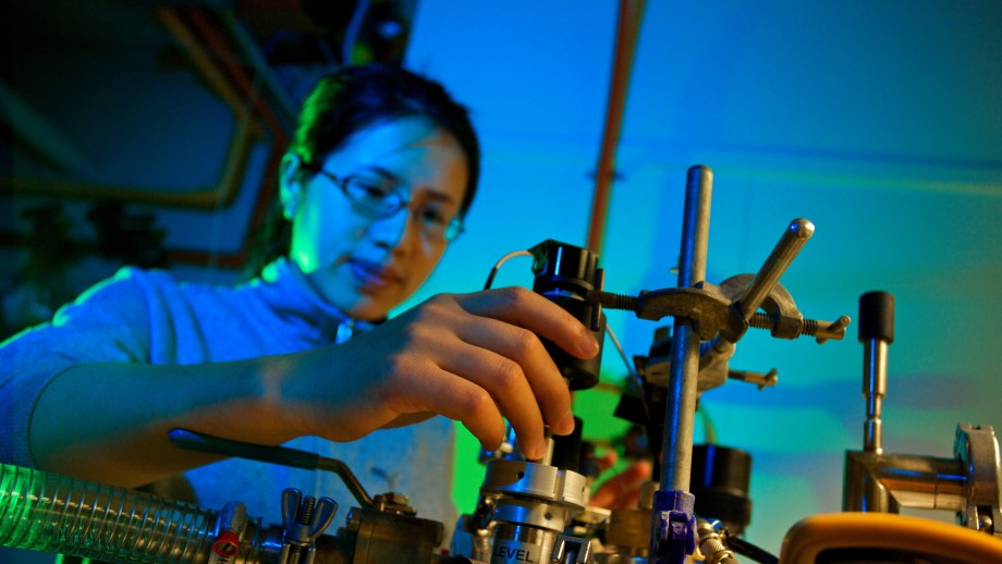 Manjin Zhong in the Solid State Spectroscopy lab at RSPE