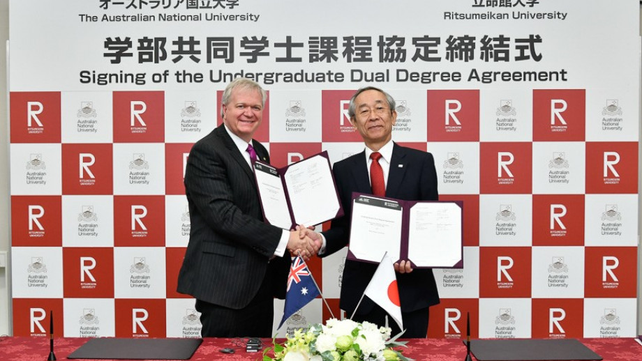 Signing an MoU with President of Ritsumeikan University Mikio Yoshida.