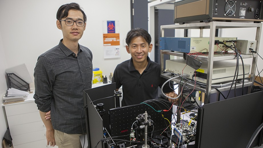 Yongxiao Li and Dr Steve Lee with the advanced microscope that they built