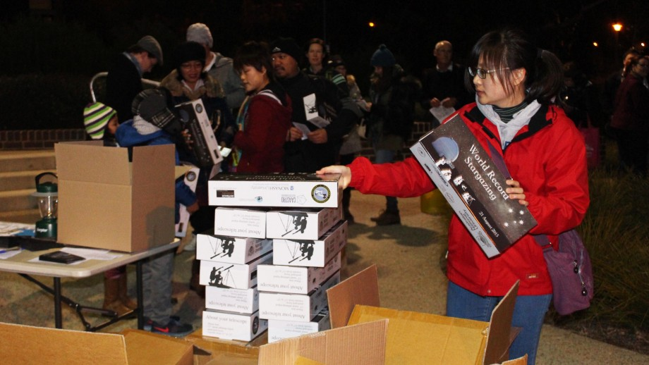 Handing out the mini telescopes for the stargazing world record.