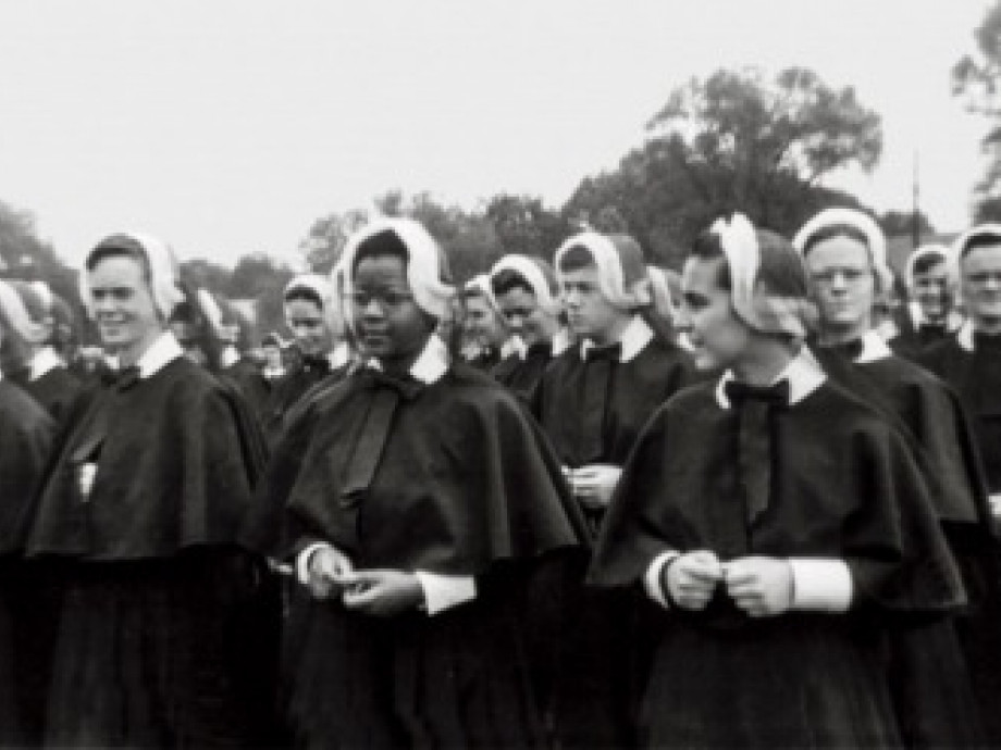 Old photo of a large group of nuns wearing habits.